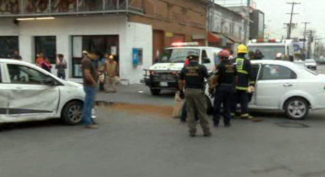 Un choque automovilístico termina con la volcadura de uno de los autos involucrados y el atropello de una persona en Monterrey. (Noticieros Televisa)
