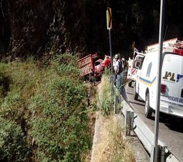 Camión de redilas vuelca sobre la carretera federal 80 en el municipio de Casimiro Castillo, Jalisco; al menos 8 personas mueren por el accidente