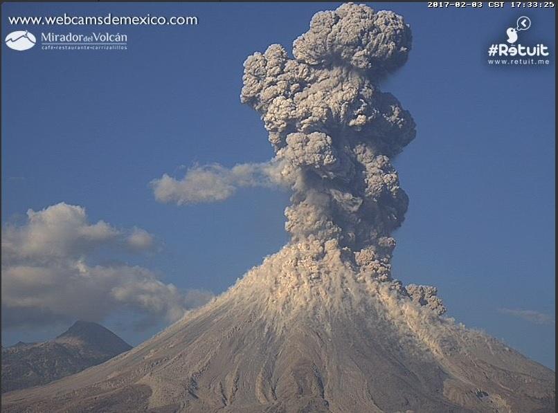 Explosión del Volcán de Colima registrada a las 17:32 horas de este viernes.