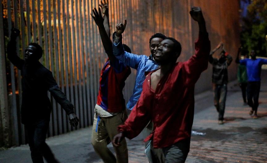 Crece oleada de inmigrantes africanos en España tras cruzar la frontera de Marruecos con el enclave de Ceuta (Reuters)