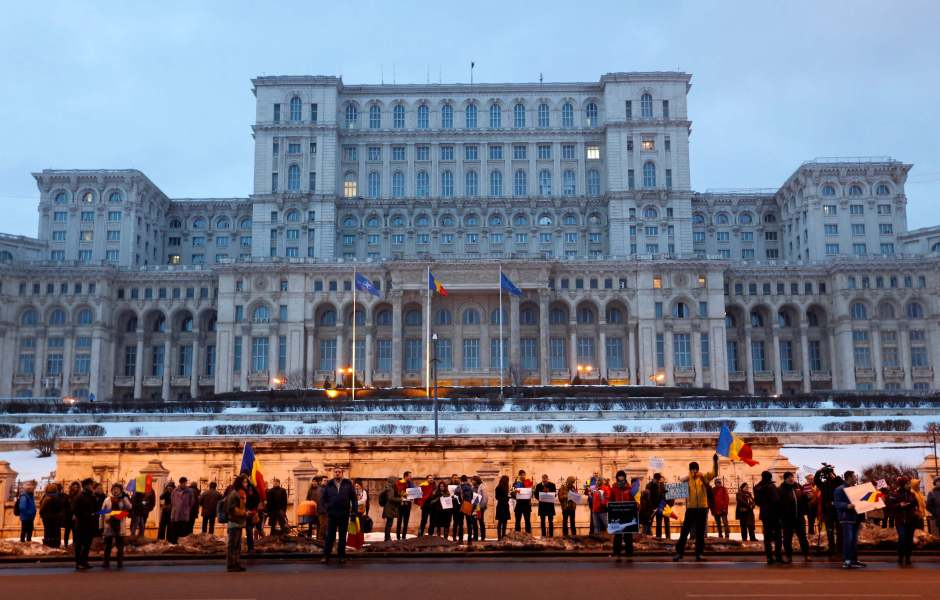 Un grupo de manifestantes se reúnen frente al edificio de Gobierno durante una protesta contra el polémico decreto sobre corrupción en Bucarest, Rumania. (AP)
