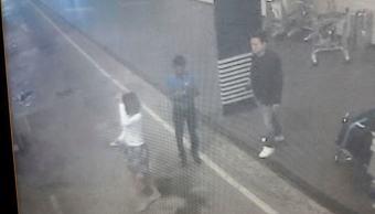 Imágenes de circuito cerrado de televisión muestran a una mujer en el aeropuerto internacional de Kuala Lumpur en Sepang, Malasia, tras rociarle un material peligroso a Jong Nam, hermanastro del líder norcoreano Kim Jong Un. (Star TV vía AP)