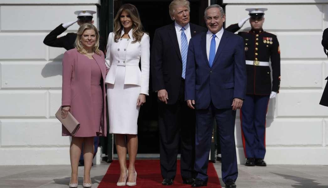 El presidente Donald Trump y la primera dama Melania Trump saludan al primer ministro israelí Benjamin Netanyahu y a su esposa Sara en la Casa Blanca en Washington. (AP)