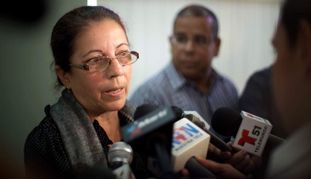 Ofelia Acevedo, esposa del difunto cubano Oswaldo Paya, habla con los medios de comunicación sobre la decisión de su familia de buscar refugio político en en Miami, Estados Unidos. (AP/ archivo)