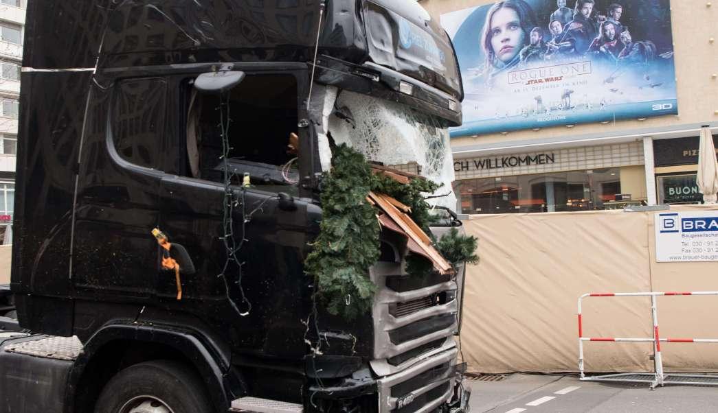 El atentado tuvo lugar en Berlín el pasado 19 de diciembre, cuando, tras robar el camión, un hombre identificado como Amis Anri, de nacionalidad tunecina, irrumpió con el vehículo en un mercadillo navideño. (AP)