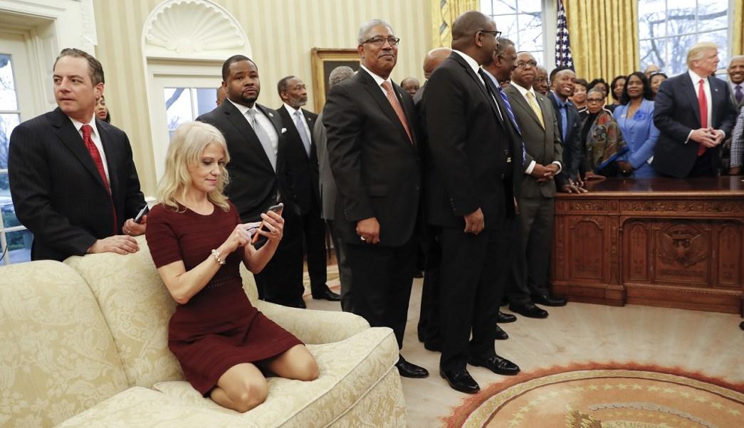Kellyanne Conway, asesora de Donald Trump, se sienta en un sofá mientras el presidente de Estados Unidos da la bienvenida a los líderes de universidades afroamericanas en el Despacho Oval (AP)