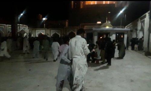 Un suicida hace explotar unas bombas en el interior de un templo sufí durante la hora del rezo en el sur de Pakistán. (Twitter/ @Pakistannews)