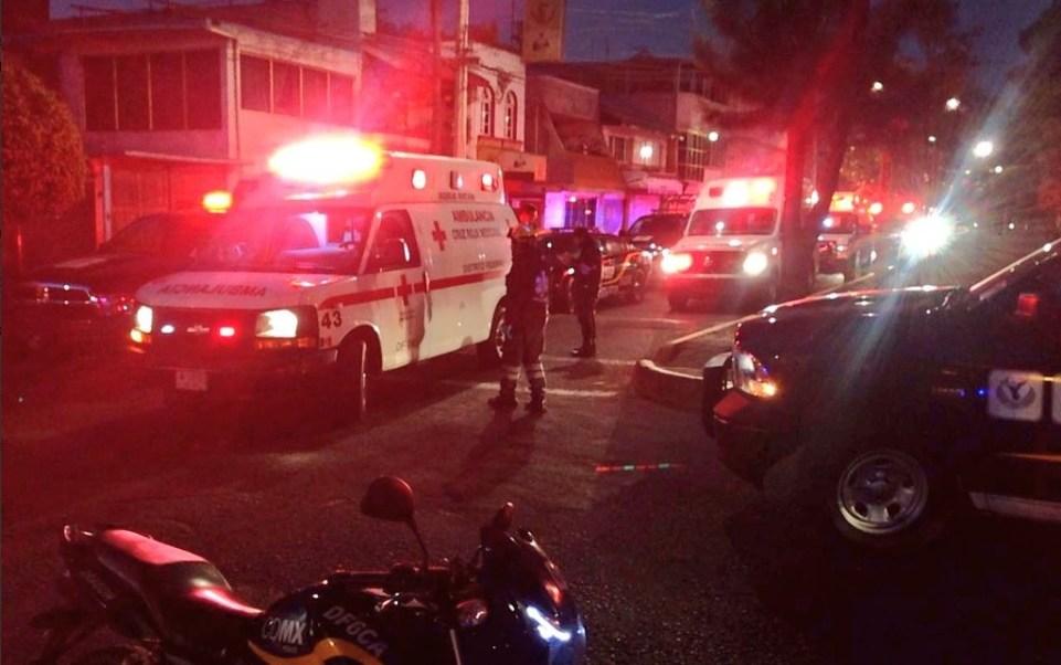 Ambulancias atienden a tres personas lesionadas que protagonizaron un enfrentamiento en la Unidad CTM Aragón; individuos a bordo de un vehículo disparan contra policías
