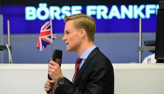 Operador de la Bolsa de Frankfurt ondea una bandera de Inglaterra. (Getty Images)