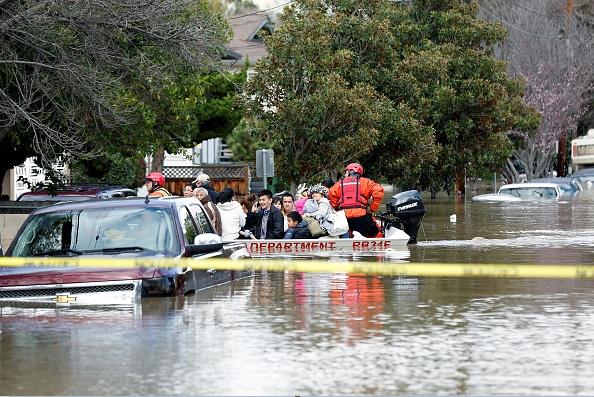 Bomberos de San Jose recatan a personas tras registrase una inundación.