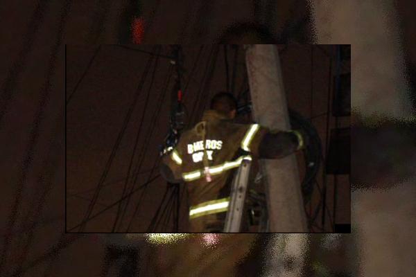 Bomberos de la Ciudad de México retiran un cable que se desplomó por un corto circuito en la colonia Ramos Millán; la colonia se queda sin energía eléctrica