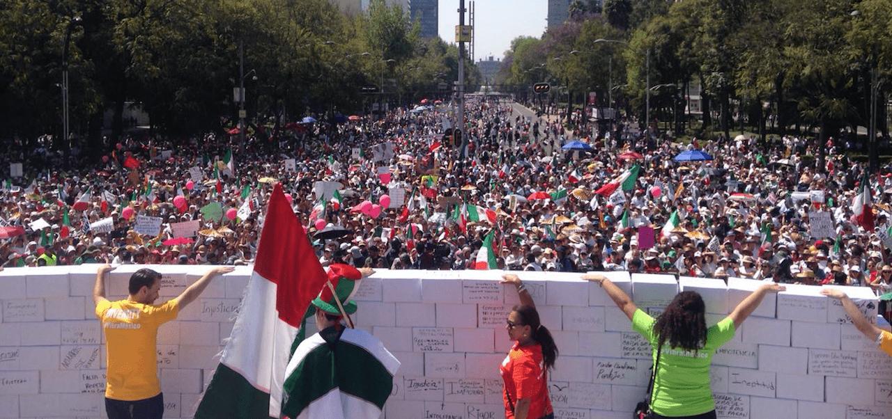 Mexicanos derriban un muro simbólico en protesta contra Donald Trump / Foto: José Jiménez