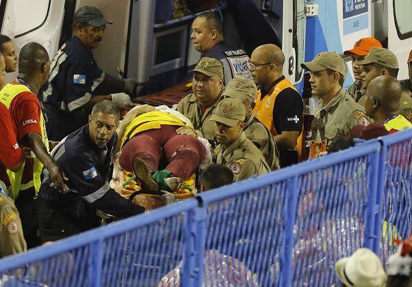 Bomberos llevan a una persona herida en una camilla durante las celebraciones del Carnaval en el Sambódromo, en Río de Janeiro, Brasil. (AP)
