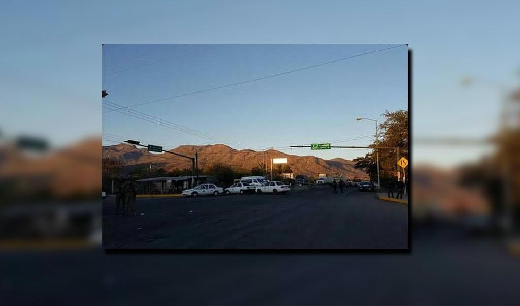 Bloqueo en la carretera federal que conduce a Ciudad Altamirano; las autoridades de Guerrero dialogan con los manifestantes para el retiro de la protesta (Twitter @JaimeGarcia309)