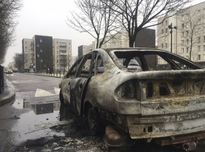 Los restos de un coche quemado por los manifestantes, en Aulnay-sous-Bois, al norte de París (AP)