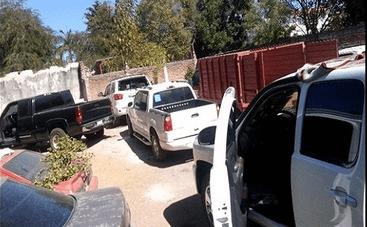 Vehículos asegurados en un inmueble de la colonia Libertad, en Culiacán, Sinaloa; fuerzas federales incautan arsenal en el predio