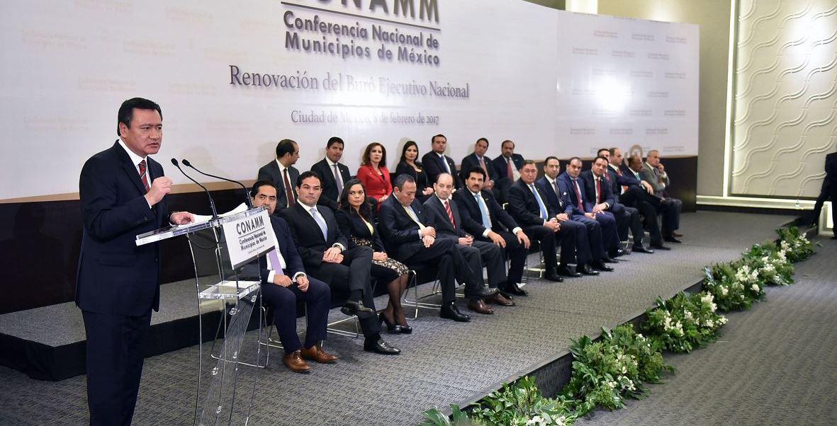 El secretario de Gobernación, Miguel Ángel Osorio Chong presidió la toma de protesta de José Ramón Enríquez como presidente de la Conferencia Nacional de Municipios de México (Conamm). (Notimex)