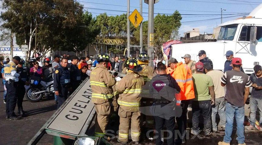 La vialidad se vio afectada mientras se realizaron maniobras de rescate. (Twitter: @OVIALCDMX)