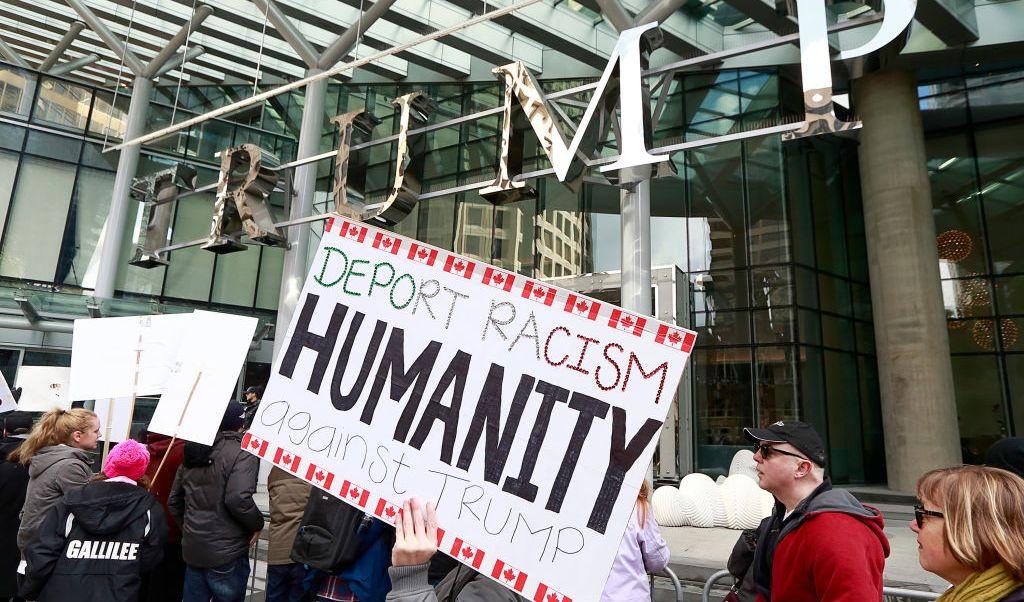 Cientos de canadienses protestaron en las inmediaciones de la nueva Trump Tower en Vancouver, Canadá.