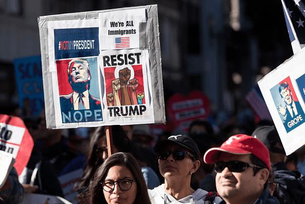 Cientos de personas protestas en California contra el veto migratorio del presidente Donald Trump.