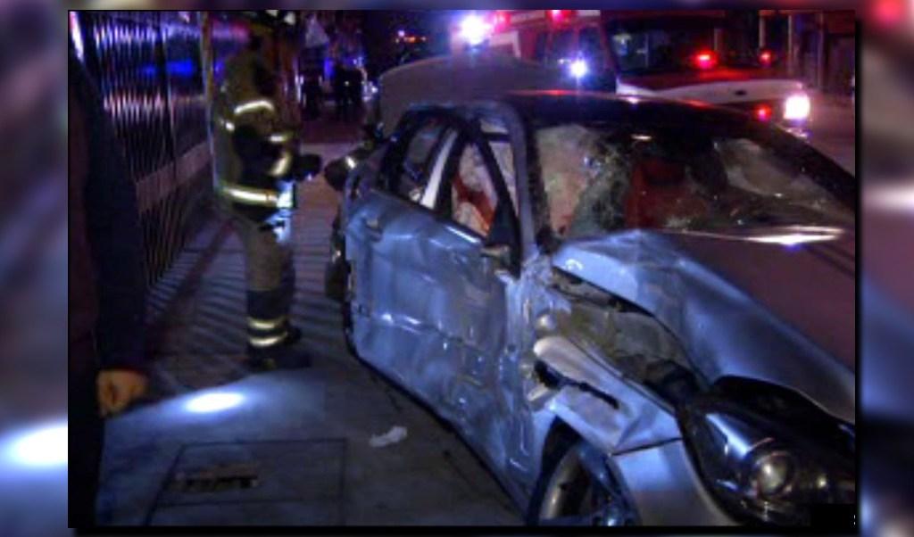 Vehículo accidentado sobre Eje 5 Sur y Gabriel Mancera; una persona registra heridas graves por el accidente (Noticieros Televisa)