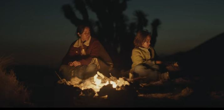 Lumber presentó un polémico anuncio que muestra a una madre de origen latino cruzando el río junto con su hija (Youtube)