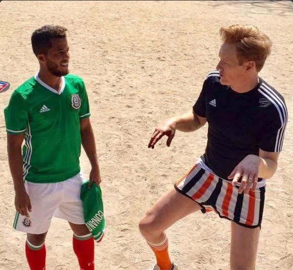 Conan O'Brien juega futbol con Giovanni Dos Santos durante su visita a México (Twitter @ConanOBrien)