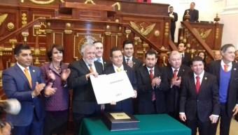 El presidente de la Comisión de Gobierno, Leonel Luna, recibió de manos del constituyente Alejandro Encinas la Carta Magna y su acervo documental.