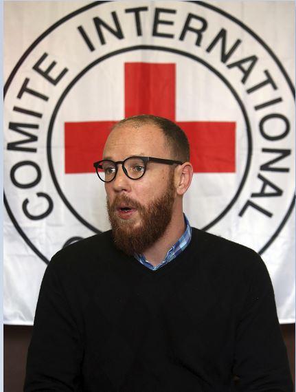 El portavoz del Comité Internacional de la Cruz Roja, Thomas Glass, habla durante una entrevista en Kabul, Afganistán, tras el ataque en el que pistoleros mataron a 6 empleados del CICR en el norte de Afganistán. (AP, archivo)