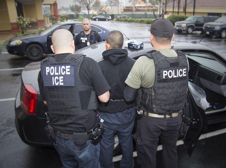 Agentes especiales del área de Investigación de Seguridad Nacional iniciaron las redadas sorpresa en Refugio, Texas; como resultado del operativo, 16 personas indocumentadas fueron detenidas y no descartaron más redadas. (AP, archivo)