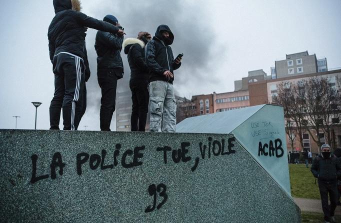Manifestantes se reúnen durante una protesta en Bobigny, en las afueras de París, contra la supuesta violación de un joven negro por parte de la policía (AP)