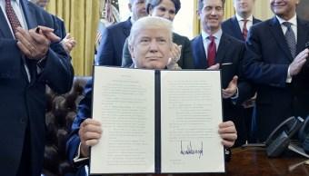 Donald Trump, presidente de Estados Unidos, firma la orden ejecutiva para reducir regulaciones federales. (Getty Images)