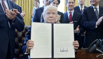 Donald Trump, presidente de Estados Unidos, firma la orden ejecutiva para reducir regulaciones federales. (Getty Images)