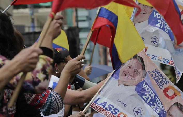 El candidato presidencial de la oposición, Guillermo Lasso, protesta ante el Consejo Nacional Electoral de Ecuador para exigir los resultados oficiales (AP)