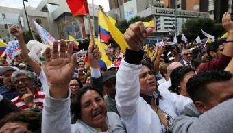 Los partidarios de la oposición protestan frente a la sede del Consejo Electoral para exigir un conteo más rápido y transparente de los votos, en Quito, Ecuador (Reuters)