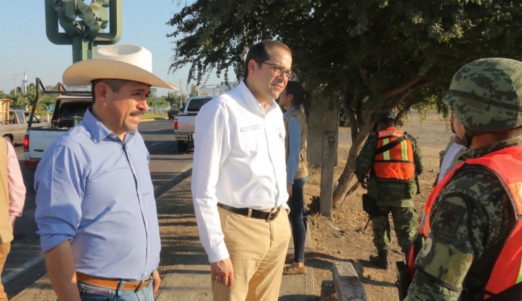 El gobernador de Colima, José Ignacio Peralta, con personal militar que realizan tareas de seguridad en el estado.