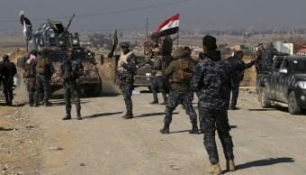 El Ejército iraquí combatió al EI en el aeropuerto con fuego constante de artillería. (AP)