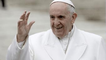 El papa Francisco saluda a los fieles en el Vaticano luego de su tradicional audiencia de los miércoles. (AP)