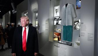 El presidente Trump habla con reporteros durante un recorrido por el Museo de Historia y Cultura Afroamericana. (AP)
