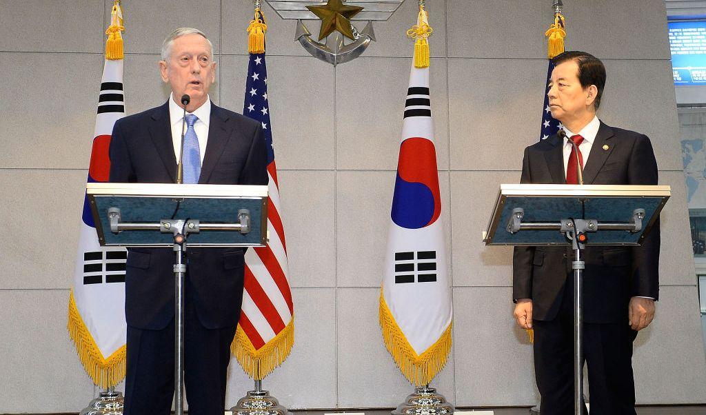 El secretario de Defensa de Estados Unidos, James Mattis, y su homólogo de Corea del Sur, Han Min-Koo en conferencia de prensa.