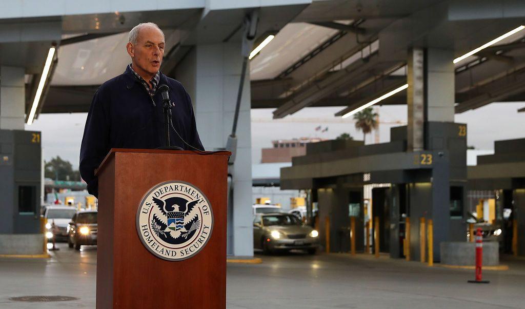 El secretario de Seguridad Nacional de Estados Unidos, John Kelly, recorrió la frontera con México.