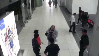 En las imágenes se aprecia a Kim Jong-nam hablando con agentes de seguridad del aeropuerto. (AP)