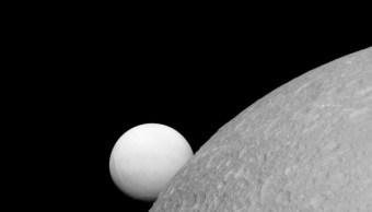 Encélado, la sexta luna de Saturno, tiene un océano bajo su superficie.