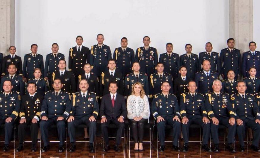 Enrique Peña Nieto, presidente de México, con la primera dama, Angelica Rivera, en una foto con miembros del Estado Mayor Presidencial (Twitter @EPN)