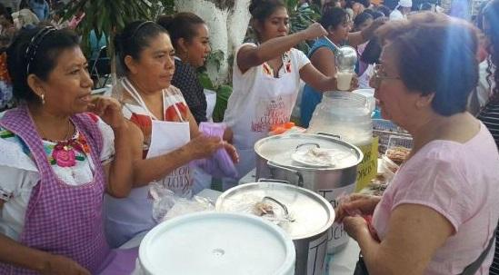 En la XXlX Feria Gastronómica de la Flor de Cuchunuc existieron platillos como: tamales, aguas frescas, postres, ensaladas y panes (Foto 3minutosinforma.com)