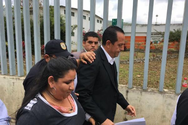 Al funcionario le fue dictada prisión preventiva necesaria por ocho meses, por lo que seguirá su proceso internado en el reclusorio regional (Twitter @anibal_guer)
