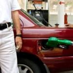 Un cliente espera mientras su coche es llenado en una gasolinera en México (Getty Images Archivo)