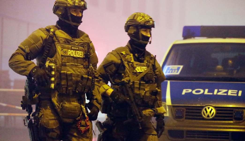 Miembros de la policía alemana se encuentran armados con ametralladoras frente a la estación de tren de Pasing el 1 de enero de 2016 en Munich, Alemania. (Getty Images/archivo)