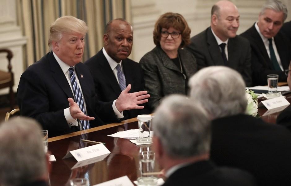 El presidente de EU, Donald Trump durante una reunión con los miembros de la industria aérea en la Casa Blanca (Getty Images)
