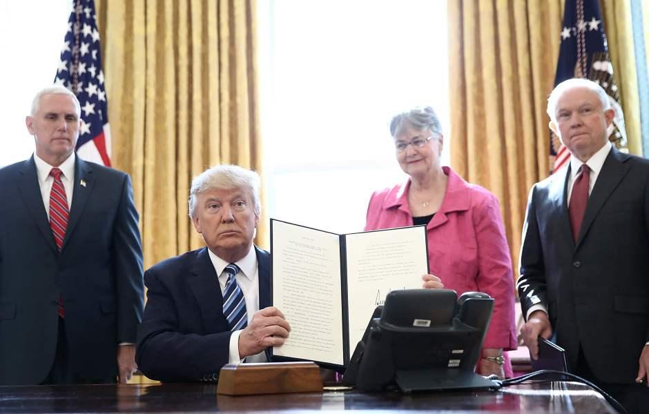 El presidente de EU, Donald Trump, firma una orden ejecutiva para acabar con los carteles del narcotráfico en su país. (AP)